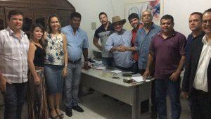 Os entendimentos entre médicos e o prefeito Renato Rodrigues (de chapéu) foram mediados pelo Sindimed