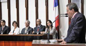 Francisco Magalhães assiste da mesa ao discurso do médico homenageado com a Medalha Dois de Julho